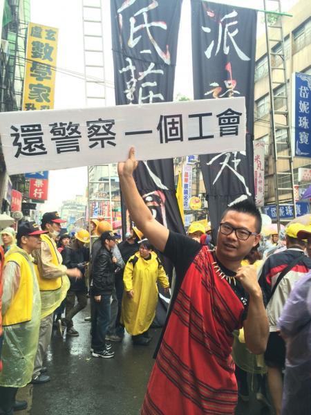 現場有名徐姓原住民青年,也上街頭為警察爭取福利,「希望警察不要再過勞而亡!」(記者陳恩惠攝)