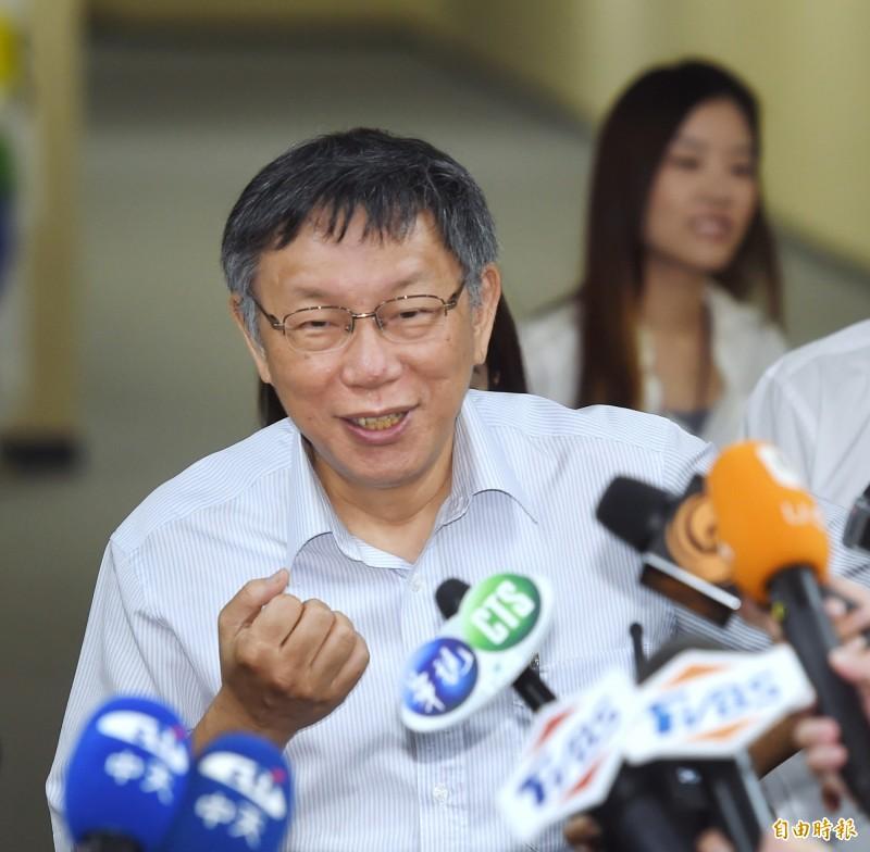 針對時事問題,台北市長柯文哲15日接受媒體採訪。(記者方賓照攝)