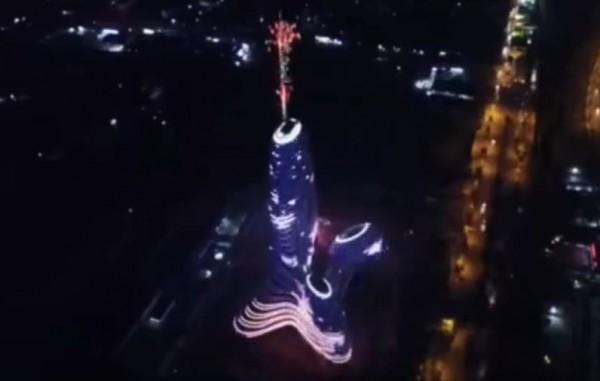 廣西「新媒體中心」被中國網友諷刺「像屌」,有網友PS該大樓樓頂放煙火影片被認為像「射了」。(圖擷取自微博)