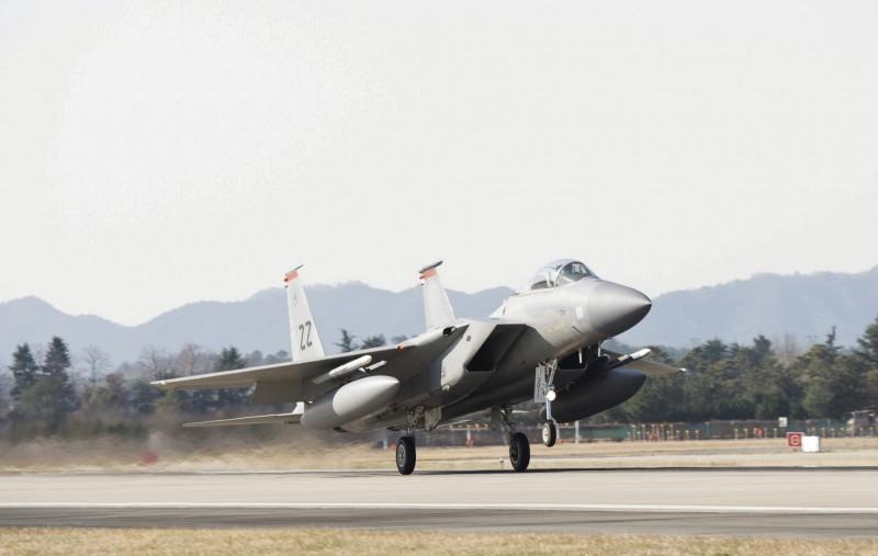 駐日美軍一架F-15在飛行中掉落零件。(美聯社)