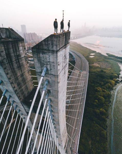 3男攀上新北大橋塔柱,畫面險象環生。(擷取自IG)