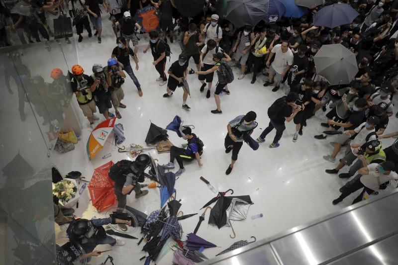 沙田商場爆發警民衝突,造成至少28人受傷送醫,其中2人命危搶救中,戰後商場一片狼藉,現場血跡斑斑。(美聯社)