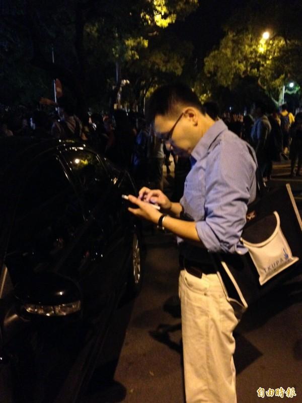 台權會律師涂予尹今晚趕往保大協助被捕學生,由於人力不足,希望同業前往支援協助。(記者林曉雲攝)