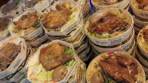 許多PTT網友看到「台灣排骨便當」的菜色後都十分驚訝,紛紛直言:「要找也是找台鐵做吧?」圖為台鐵便當。(圖擷取自PTT)