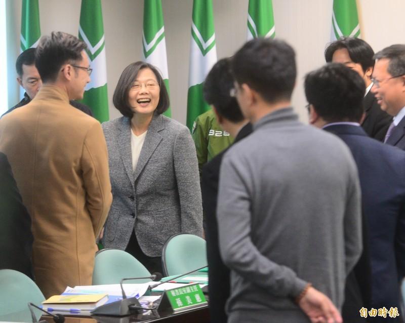 總統蔡英文(圖中)和副總統當選人賴清德到民進黨中常會向黨部同仁致謝。(記者王藝菘攝)