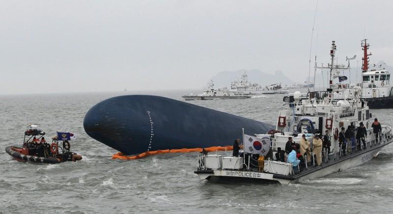世越號船難發生在5年前的4月16日,當時造成304人罹難,而事發後造成嚴重船難、未及時展開營救的原因,至今仍再追查。(美聯社)