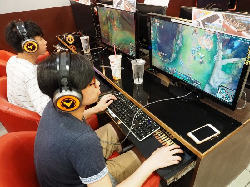 世界衛生組織正式將「電玩失調症」列為一種精神疾病。圖為網咖打電玩示意圖,與本新聞無關。(歐新社)