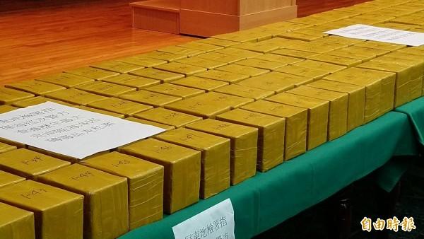 破獲漁船運毒,屏檢查獲470多公斤市價60億元海洛因。(記者李立法攝)
