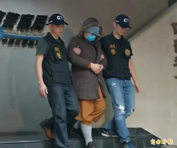 開泓法師(中)被警方移送偵辦。(記者張瑞楨攝)