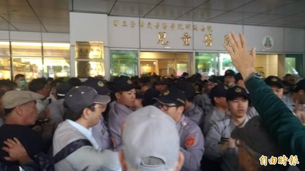 今日下午反年改團體包圍台大兒童醫院,台大醫生不滿發文希望他們能夠將心比心,不要影響病人權益。(記者鄭景議攝)