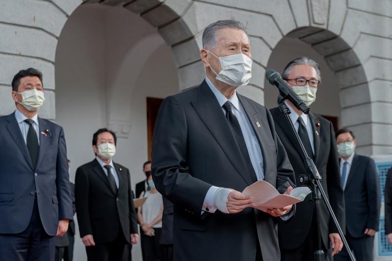 日本前首相森喜朗(前)今日率領跨黨派國會議員團,專程前來弔唁前總統李登輝。(圖擷取自外交部臉書)