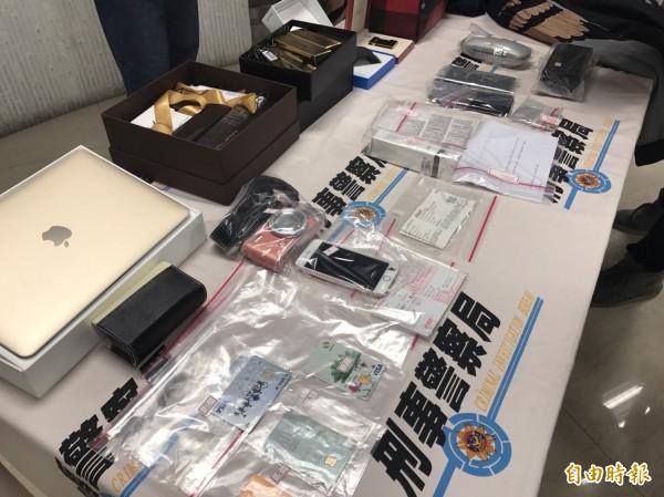 警方查扣犯案手機、電腦、金融卡、犯罪穿著衣服、盜刷所得3C產品、化妝品、包包精品等大批證物。(記者邱俊福攝)