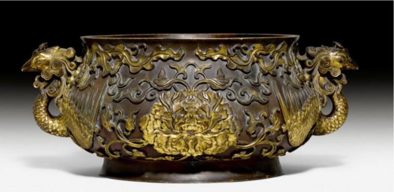 瑞士家族拿來裝網球的「銅碗」,竟然是中國17世紀宮廷御用的「牡丹鳳凰」鎏金青銅香爐,在拍賣會上飆到485萬8300瑞士法郎(約新台幣1.53億元)天價成交。(圖擷自Koller Auctions網站)