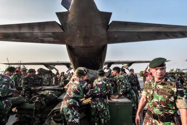 印尼軍方投入救援。(路透)