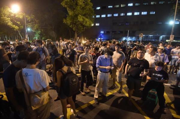 民眾在中央辦公大樓南棟與警方對峙。(記者王敏為攝)