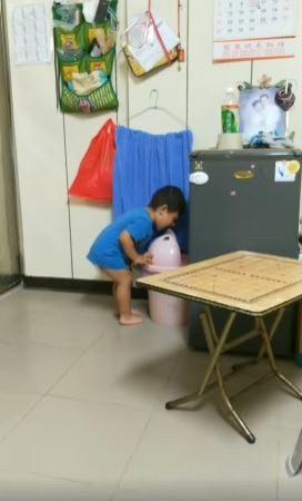小男孩往垃圾桶裡面大喊「爸爸」,令媽媽當場笑噴。(圖翻攝自爆廢公社)