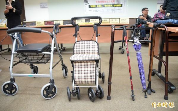 聯合記者會現場準備許多行動輔具及生活輔具,說明列入醫療器材將受到的影響。(記者黃耀徵攝)