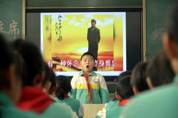 中國北京大學馬克思主義學會會長邱占萱傳出今(26)日被自稱警察的一群人抓走,這天正巧是中國前領導人毛澤東冥誕125週年。(路透)