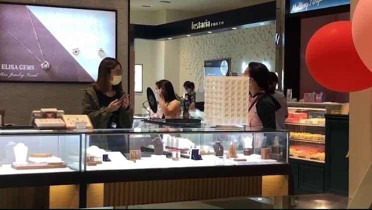 1名婦人今年5月1日在百貨公司大罵櫃姐,今被北檢依公然侮辱等罪起訴。(圖取自爆料公社)