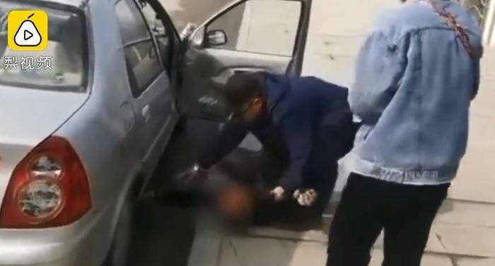 中國山東1名男子在考駕照時,忘記繫安全帶導致考試沒通過,該男突然失控崩潰大哭。(圖擷取自《梨視頻》)