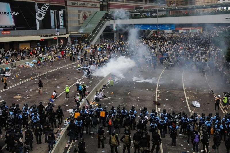 港府出動警方以武力驅散抗議群眾,震驚台灣社會。(法新社)