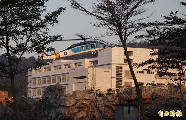 海鷗直升機降落博愛營區。(記者簡榮豐攝)
