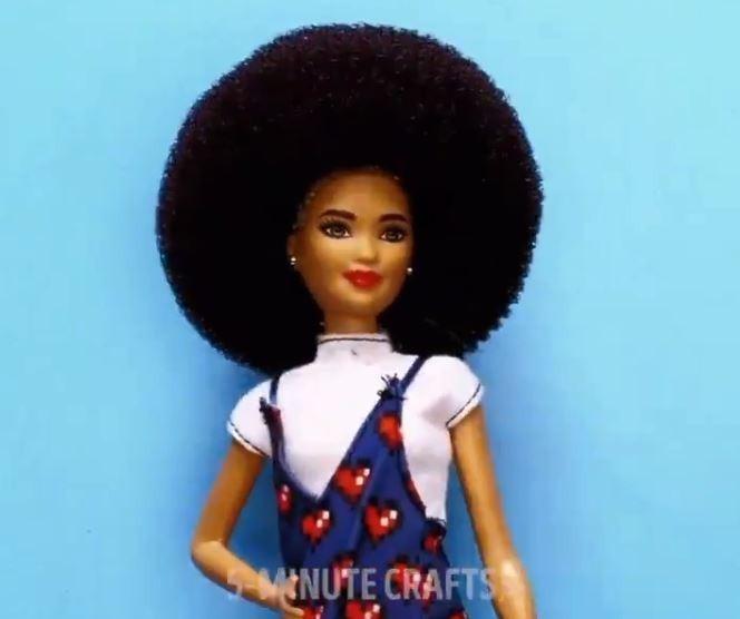 近來有網友發揮創意,將芭比娃娃「髮型大改造」,最後製成獨一無二的「爆炸頭芭比洗碗刷」。(圖擷取自臉書_TOY IS MONEY)