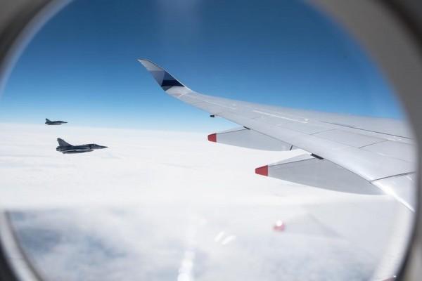 依照國家元首出訪慣例,空軍自新竹基地派4架幻象2000戰機護衛,自屏東恆春往南飛,戰機伴飛長達20幾分鐘。(圖擷自蔡英文臉書)