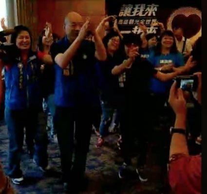 熱帶低壓造成高雄大淹水,國民黨高雄市長參選人韓國瑜跑去議員參選人競選歌曲發表會,引起熱議。(圖擷取自邱議瑩臉書)