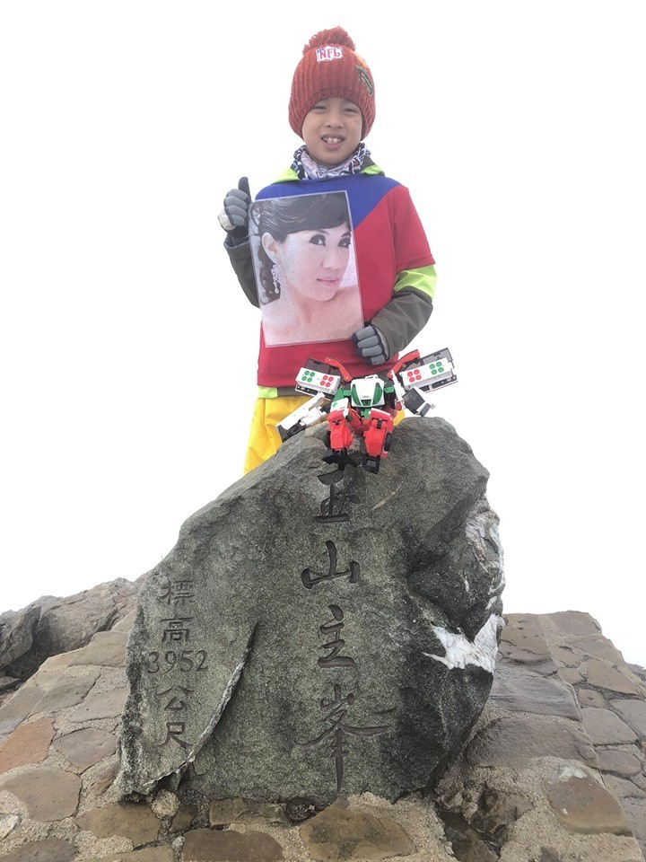 鄒澤綱帶著媽媽的遺照登上玉山。(圖擷取自自鄒品為臉書)