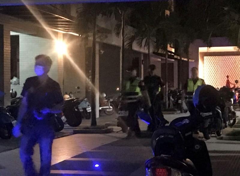 台南永康一處集合式出租套房今凌晨傳出煙味,警方獲報後到場搜查採證。(記者萬于甄攝)
