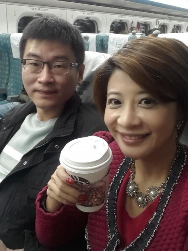 台北市議員梁文傑(左)每次選舉,主播妻子林楚茵(右)都會跟著輔選。(取自梁文傑臉書)