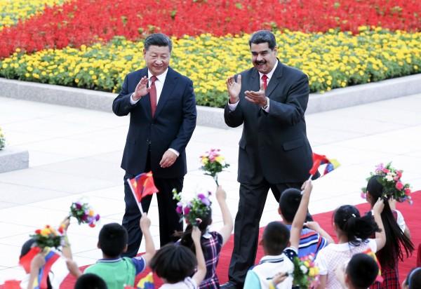 專家指出,中委兩國其實關係沒有表面上這麼「鐵」。左為中國國家主席習近平,右為陷入四面楚歌的委內瑞拉總統馬杜羅。(資料照,美聯社)