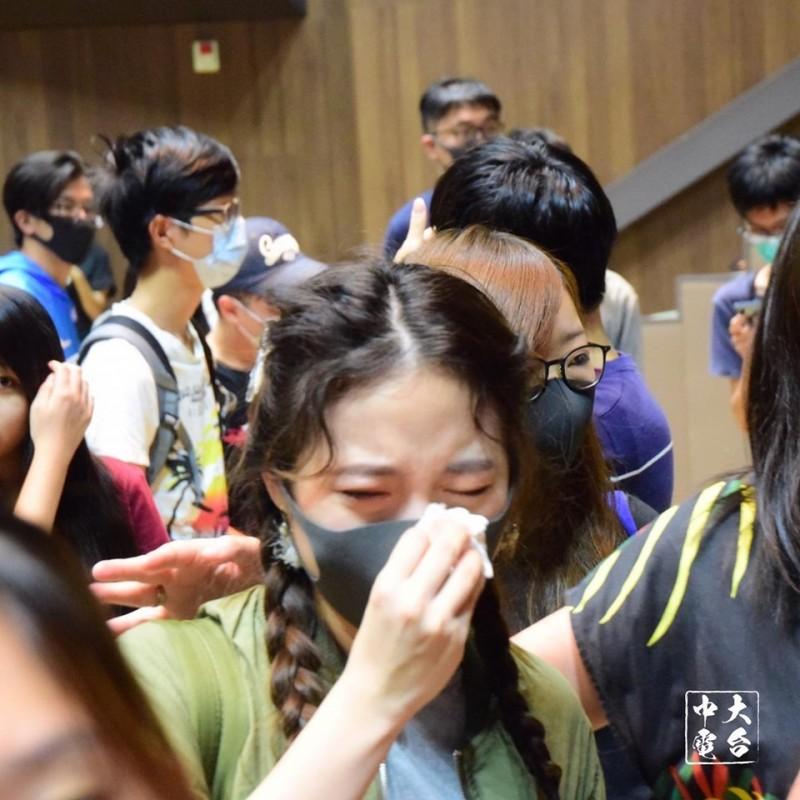 現場有人落淚。(圖擷取自臉書_中大校園電台)