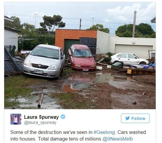 網友羅菈(Laura Spurway)將照片上傳推特:「我們在吉朗目擊部分災害,車子被沖往房子,總損失上千萬。」(圖擷自推特)