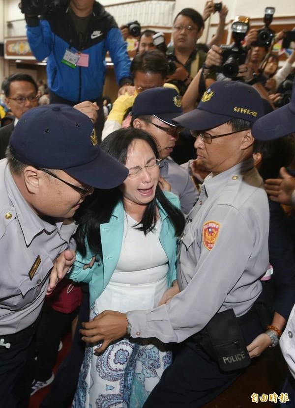 陳瑩一度被推倒在地暈厥。(記者方賓照攝)