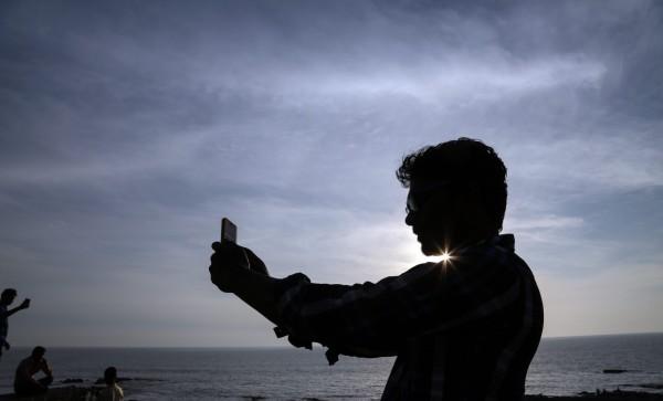 印度常發生自拍意外死亡事故,近日又有2名年輕人因自拍溺斃。(歐新社)