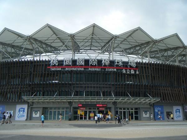 桃園國際棒球場在朱立倫任內完工,上面還有朱立倫的題字,卻被球迷爆出有嚴重的場地缺失。(圖擷取自維基百科)
