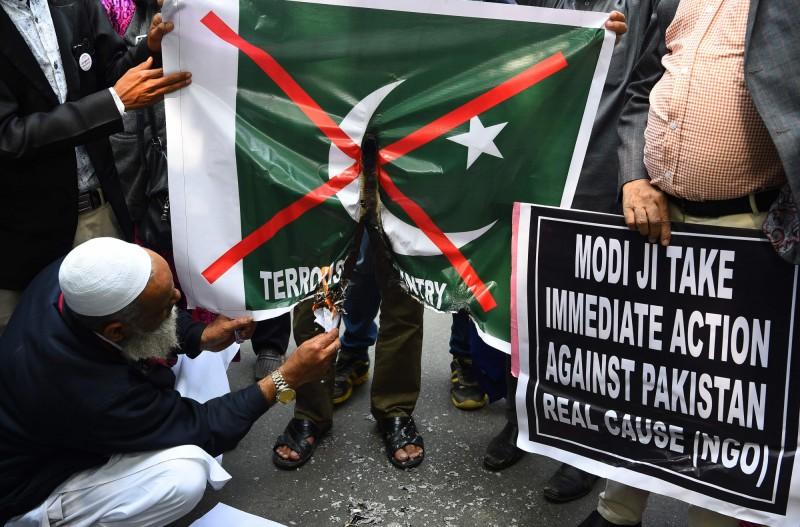 這起自殺炸彈攻擊事件,使得印度民眾反巴情緒再次高漲,示威群眾於集會場所焚燒巴基斯坦國旗。(法新社)