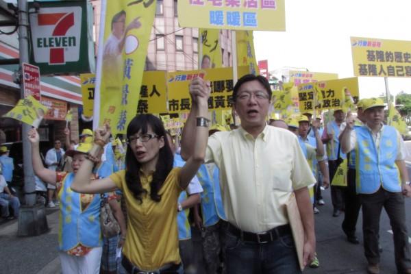 黃景泰與妻子陳秋伶及支持者陪同前往選委會登記參選基隆市長(記者盧賢秀攝)