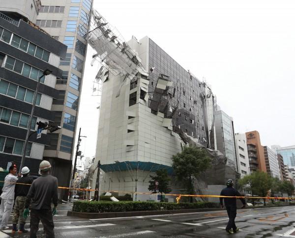 日本大阪市慘遭燕子颱風肆虐,工地鷹架被吹掀。(法新社)