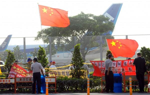 二次王張會7月25日在桃園召開,愛國同心會成員帶著五星旗到機場歡迎國台辦主任張志軍。(資料照,記者張嘉明攝)