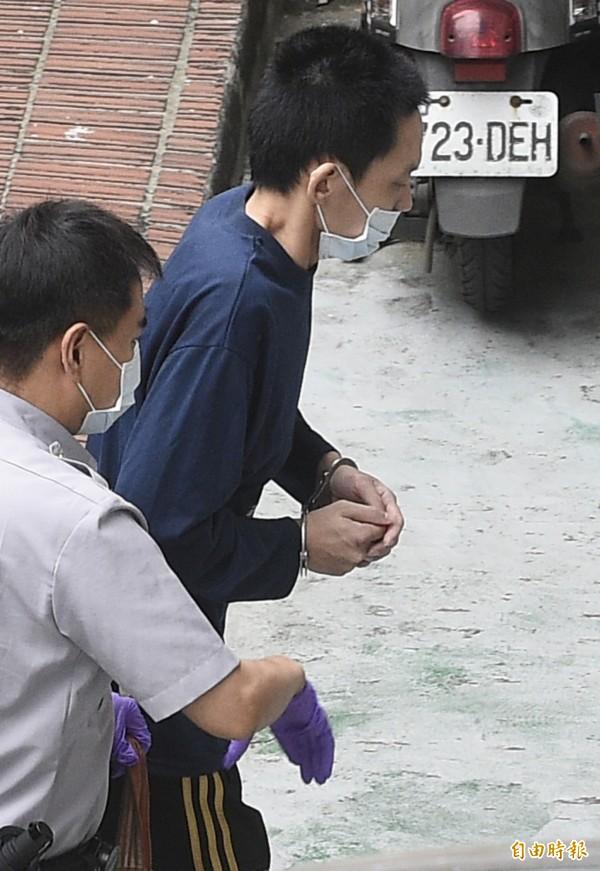 王景玉(右)至士林地方法院開羈押庭。(記者陳志曲攝)