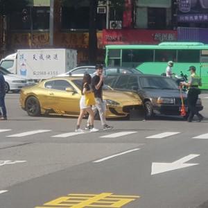 台中市台灣大道與河南路口6日發生一起車禍,一台金色「海神」馬莎拉蒂與有「瑞典國寶」、「坦克」之稱富豪汽車(Volvo)發生擦撞。(圖擷取自臉書爆料公社)