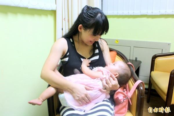 有媽媽分享斷奶花招,例如會在乳頭上抹黃蓮、辣椒,甚至用膠帶把乳頭貼起來欺騙寶寶「ㄋㄟㄋㄟ壞掉了」令人啼笑皆非。(資料照,記者郭逸攝)