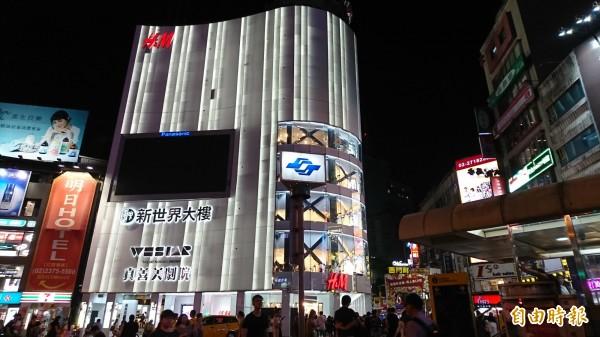 央視廣告自前天起在西門町的大型螢幕看板播放,令外界質疑是否為文化統戰,北市建管處今回應,內容部分並非建管處管轄權責。(資料照,記者陳鈺馥攝)