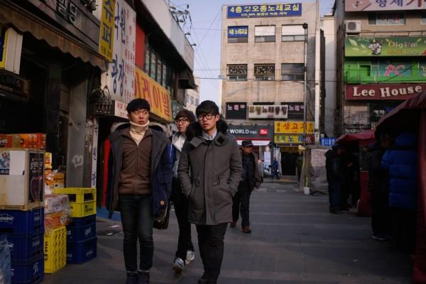 南韓統計顯示,高三男生平均身高173.5公分,為亞洲國家間最高。圖為首爾街頭。(法新社)
