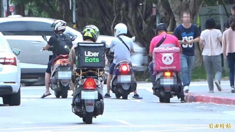 目前全台有近10家美食外送服務平台,就連新加坡電商蝦皮購物也加入搶食外送市場的大餅。粗估全台共有超過5萬名外送員,每日全台估計有數十萬筆的龐大訂單。圖為示意圖,與文無關。(資料照)