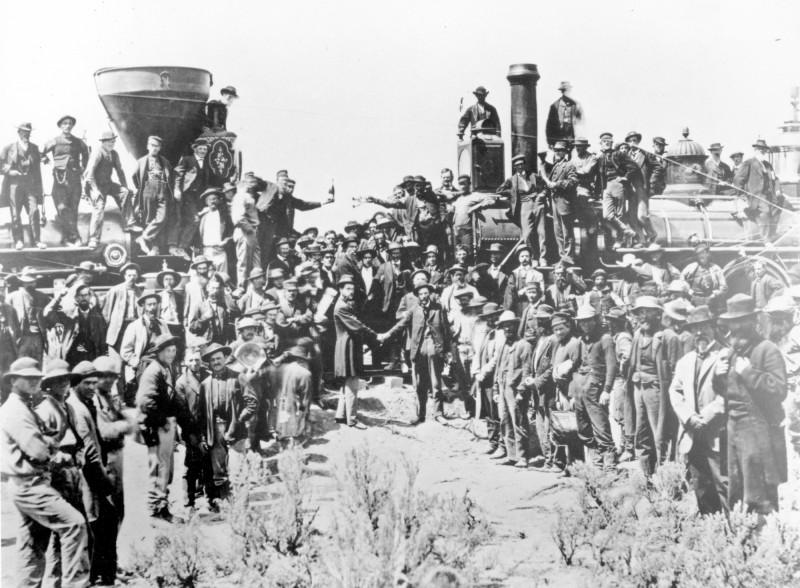 1869年鐵道貫通實況,本次慶典也將重現當年2台火車頭面對面之盛景。(美聯社)