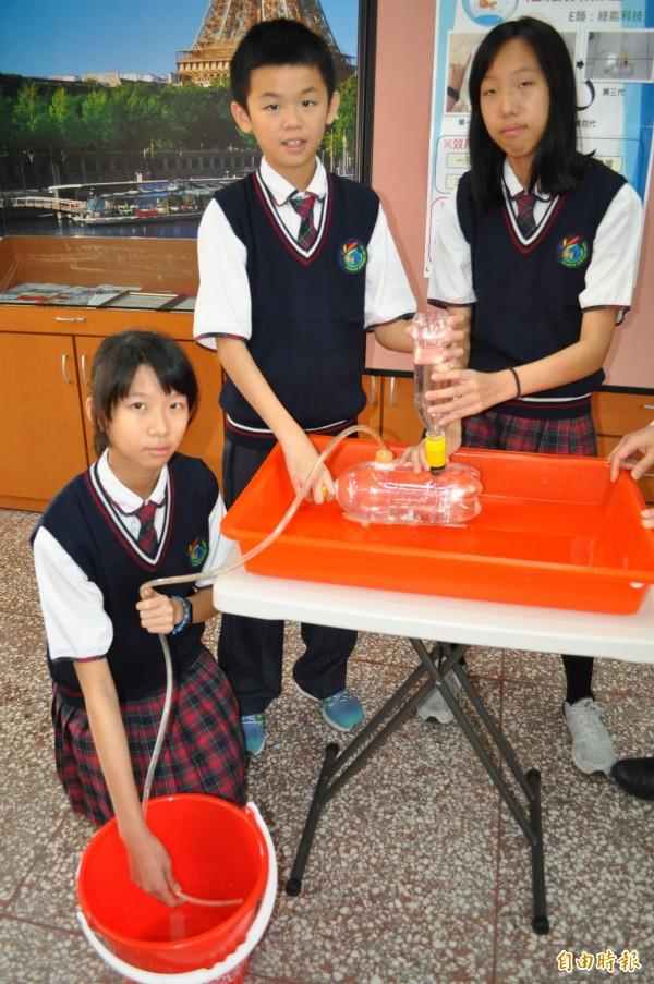 有得雙語國中小國中部學生鄭敏薰(右起)、王教倫、鄭宇芳發明「輕鬆換魚缸」,贏得桃園市今年度發明展競賽優等。(記者周敏鴻攝)
